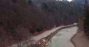 Bergväg längs floden arkivfilmer