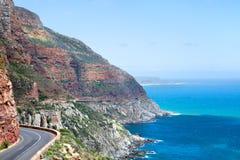 Bergväg längs havskusten, seascape för turkoshavvatten, härligt landskap för bergsikt, Cape Town, Sydafrika fotografering för bildbyråer