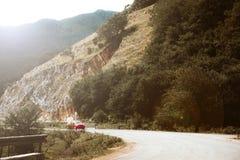 Bergväg med en bil Arkivfoton