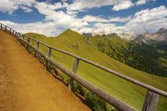 Bergväg med en träig balustrad Royaltyfria Bilder