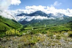 Bergväg med moln Royaltyfria Foton