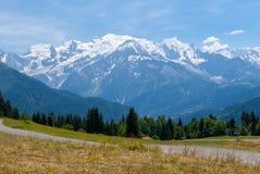 Bergväg med sikt på Montet Blanc royaltyfria foton
