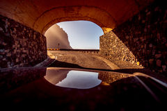 Bergväg med tunnelen Arkivbild