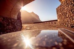 Bergväg med tunnelen Arkivbilder