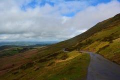 Bergväg och en panoramautsikt till kullarna, Brecon fyrar, Wales, UK Arkivbilder