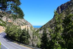 Bergväg på ön av Kretapanorama royaltyfri fotografi