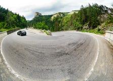 Bergväg på dess vänd Royaltyfria Foton