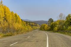 Bergväg på långt - den östliga taigaen Arkivbilder