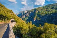 Bergväg Sierra Nevada royaltyfria bilder