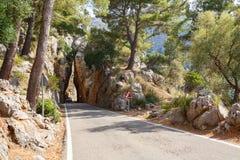 Bergväg som går in i en stentunnel nära by Sa Calobra Ö Majorca, Spanien Fotografering för Bildbyråer