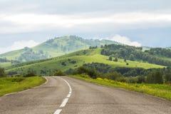 Bergvägen som afar låter vara arkivfoton