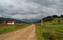 Bergvägen till och med byn Royaltyfri Foto