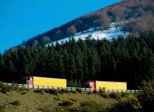 bergvägen trucks två Arkivfoto