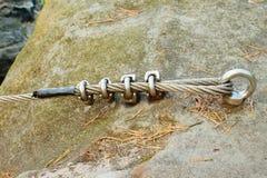 Bergväggen med carabine i sandstenen vaggar Slut av stålrepet i ögla Royaltyfri Fotografi