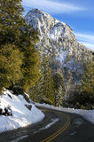 bergvägsnow Arkivfoton