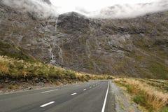 bergvägvattenfall arkivfoto