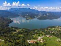 Bergvår sjö Izvorul Muntelui, Rumänien Arkivbild