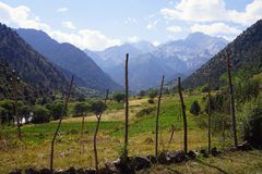 Bergvallei dichtbij Kyrgyz Ata National Park, Kyrgyzstan royalty-vrije stock foto's