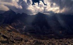 Bergvallei met dramatische hemel stock foto