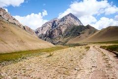 Bergvallei met een weg op het gebied van de Alai-Waaier Royalty-vrije Stock Foto