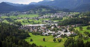 Bergvallei met groene bomen en huizen Royalty-vrije Stock Afbeelding