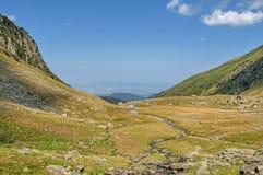 Bergvallei met mooie blauwe hemel in de bergen van de Karpaten Stock Afbeeldingen