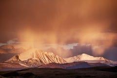 Bergvallei op de donkere bewolkte hemelachtergrond Altay Royalty-vrije Stock Afbeeldingen
