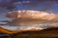 Bergvallei op de donkere bewolkte hemelachtergrond Altay Stock Foto