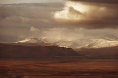 Bergvallei op de donkere bewolkte hemelachtergrond Altay Stock Afbeeldingen