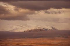 Bergvallei op de donkere bewolkte hemelachtergrond Altay Royalty-vrije Stock Afbeelding
