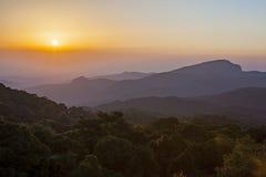 Bergvallei tijdens zonsopgang Natuurlijk de winterlandschap Stock Fotografie