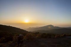 Bergvallei tijdens zonsopgang Natuurlijk de winterlandschap Royalty-vrije Stock Afbeelding