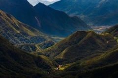 Bergvallei tijdens zonsopgang Natuurlijk de zomerlandschap royalty-vrije stock fotografie