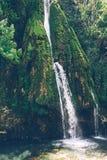 Bergvattenfall i djungeln Flod i djungeln askfat South East Asia royaltyfria foton