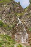 Bergvattenfall, i Karachay Cherkessia Arkivfoto