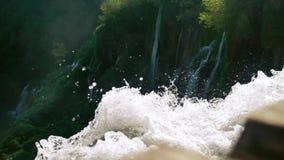 Bergvattenfall i ultrarapid stock video