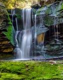 Bergvattenfall med grön mossa Fotografering för Bildbyråer