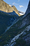 Bergvattenfall på vägen till den Mendelhall glaciären Royaltyfri Bild