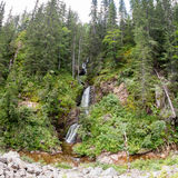 Bergvattenfall som flödar bland stupen av Rhodopen Arkivbild