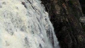 Bergvattenfallet, en vår med klart vatten, berget vaggar tvättat av vatten arkivfilmer