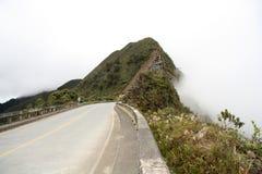 Bergväg i moln, Yungas region, Bolivia Arkivbilder