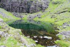 Bergvijver op de hellingen van Carrantuohill stock afbeelding