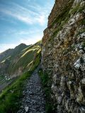 Bergwandernweg furchtsam während sonnigen Sommertagesschweizer Alpen hohenweg Stockbild
