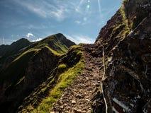 Bergwandernweg furchtsam während sonnigen Sommertagesschweizer Alpen hohenweg Stockfoto