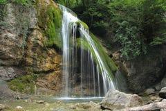 Bergwaterval die koud water gieten stock foto's
