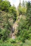 Bergwaterval die onder de steile hellingen van de Rhodope-Bergen stromen Stock Afbeeldingen