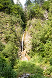 Bergwaterval die onder de steile hellingen van Rhodope stromen Royalty-vrije Stock Afbeeldingen
