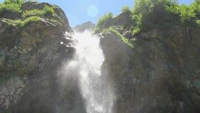 Bergwaterval, water die over de rotsen, lage hoek gutsen stock video