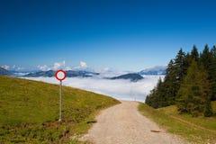 Bergweg in de herfstlandschap Stock Afbeelding