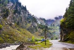Bergweg in de vallei van Naran Kaghan, Pakistan Stock Afbeeldingen